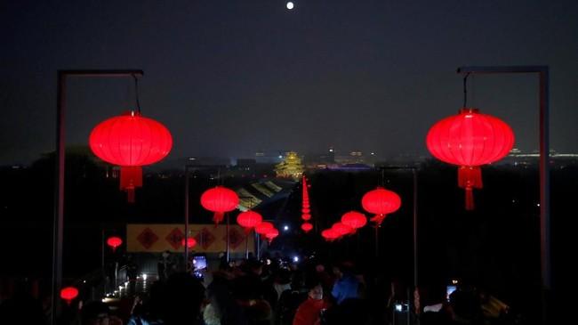 Gegap gempita Tahun Baru China alias Imlek di China masih terasa. Di kawasan bersejarah Kota Terlarang diselenggarakan Festival Lampion untuk yang pertama kalinya pada pekan ini. (REUTERS/Jason Lee)