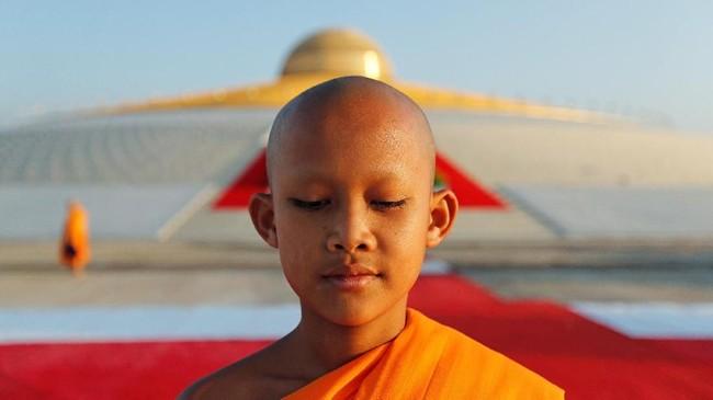 Itu adalah perayaan Makha Bucha Day, yang biasanya jatuh pada bulan purnama ketiga penanggalan Thailand. Pada tahun kabisat, itu dirayakan pada bulan keempat. (REUTERS/Jorge Silva)