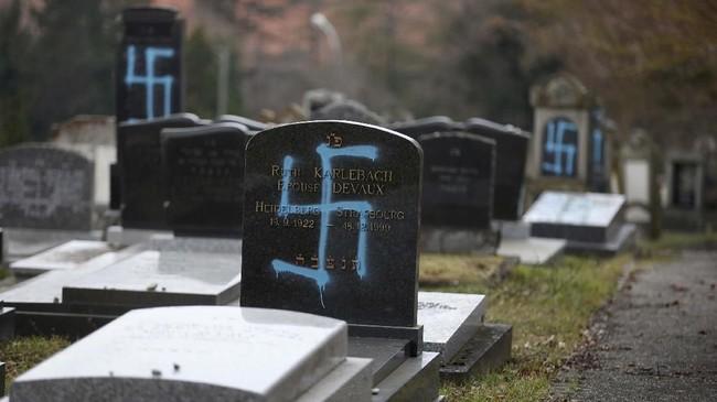 Aparat dan pemerintah setempat mengutuk perbuatan itu. Mereka menyatakan hal ini adalah wujud gerakan anti-Semit yang semakin marak di Prancis. (REUTERS/Vincent Kessler)