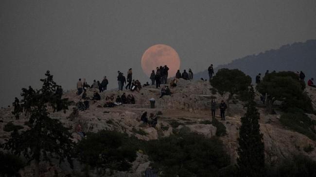 Bulan akantampak 30 persen lebih terang dan sekitar 14 persen lebih besar dari biasanya. Seperti yang nampak pada situs arkeologi Acropolis di Yunani.(REUTERS/Alkis Konstantinidis)