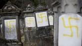 Bahkan, paham anti-Yahudi juga merasuk ke dalam aksi unjuk rasa kelompok Rompi Kuning. Hal itu terlihat dari coretan yang mereka tinggalkan setelah berunjuk rasa. (REUTERS/Vincent Kessler)