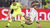 Memphis Depay dilanggar bek Barcelona Clement Lenglet. Barcelona baru mampu mendominasi permainan di babak kedua. (REUTERS/Emmanuel Foudrot)