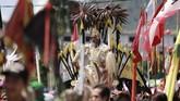 Seorang Tatung melakukan atraksi saat mengikuti Pawai Perayaan Cap Go Meh 2570/2019 di Singkawang, Kalimantan Barat. Sebanyak 860 Tatung (dukun Tionghoa yang kerasukan arwah leluhur) turut memeriahkan perayaan Cap Go Meh 2019 yang telah menjadi agenda wisata tahunan. (ANTARA FOTO/David)