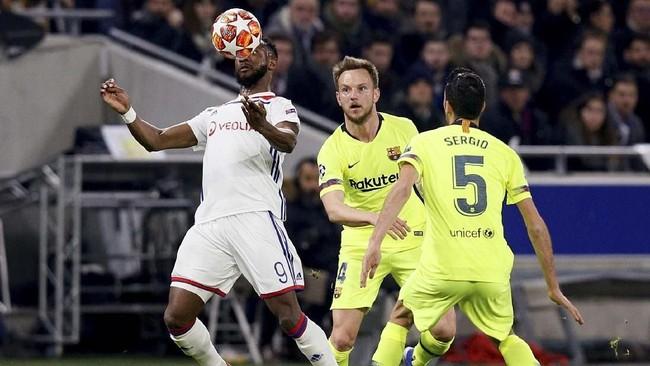Striker Lyon Moussa Dembele beraksi melawan Ivan Rakitic dan Sergio Busquets. Lyon total melakukan lima tembakan dengan dua tepat sasaran. (REUTERS/Emmanuel Foudrot)