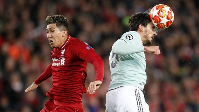 Roberto Firmino kalah duel udara dengan Mats Hummels. Serangan The Reds macet meski sudah memainkan trio Salah, Firmino, dan Sadio Mane. (Reuters/Carl Recine)