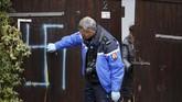 Pemakaman itu dicoret lambang swastika yang digunakan Nazi Jerman, menggunakan cat semprot yang baru diketahui pada Selasa (19/2) pagi waktu setempat. (REUTERS/Vincent Kessler)