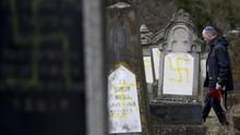 FOTO: Laku Keji di Pusara Yahudi Prancis