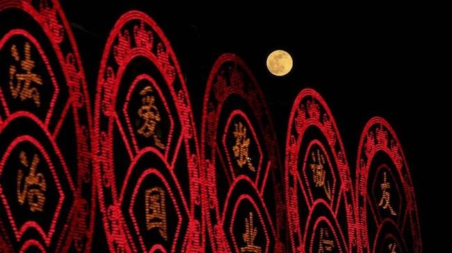 Saat terjadi supermoon, Bulan berada pada jarak terdekatnya dengan Bumi yakni 356.761 kilometer.(REUTERS/Stringer ATTENTION EDITORS - THIS IMAGE WAS PROVIDED BY A THIRD PARTY. CHINA OUT)
