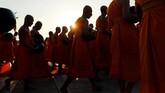 Lazimnya mereka menghabiskan waktu di kuil-kuil lokal dan berdoa. Pemeluk agama Budha juga bisa mendengarkan ajaran-ajaran di sana atau menghormati para biksu. (REUTERS/Jorge Silva)