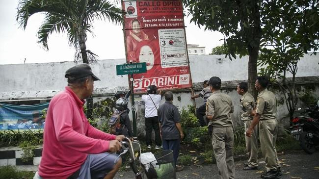 Banyak pula alat peraga kampanye yang dipasang sembarangan dengan tak mengindahkan aturan dan estetika. Tampak Satpol PP Yogyakarta menertibkan alat peraga di Kecamatan Kraton, Yogyakarta. (ANTARA FOTO/Hendra Nurdiyansyah)