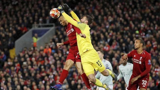 Kiper Liverpool Alisson menepis bola udara Bayern Munchen yang mengarah ke Fabinho. Alisson juga bermain apik pada laga itu. (REUTERS/Phil Noble)