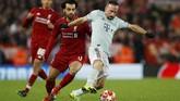 Duel Franck Ribery dan Mohamed Salah berebut bola. Ribery masih bisa membuat pertahanan Liverpool kerepotan. (REUTERS/Phil Noble)