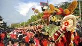 Sementara di Padang, Sumatera Barat, yang dimainkan dan disaksikan warga keturunan Tionghoa adalah 'sipasan,' atau kendaraan menyerupai lipan (kelabang) yang dinaiki anak-anak dalam Festival Cap Go Meh 2570. Ratusan orang terlibat pada festival itu. (ANTARA FOTO/Iggoy el Fitra)