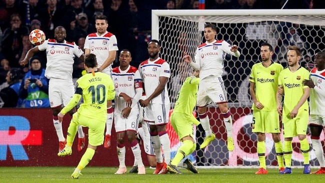 Salah satu peluang Barcelona di babak pertama didapat melalui tendangan bebas Lionel Messi yang masih melambung di atas gawang Lyon. (REUTERS/Emmanuel Foudrot)