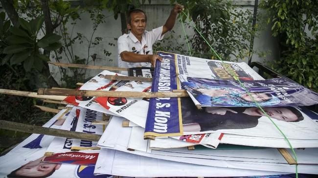 Petugas mengumpulkan alat peraga kampanye yang ditertibkandan mengimbau agar alat peraga tak dipasang lagi di tempat-tempat yang melanggar aturan.(ANTARA FOTO/Hendra Nurdiyansyah)