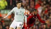 Georginio Wijnaldum bekerja keras menjauhkan ancaman dari bomber Bayern Munchen Robert Lewandowski. (REUTERS/Phil Noble)