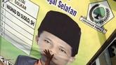 Satpol PP Kota Tegal, Jawa Tengah mencopot alat peraga kampanye karena tidak sesuai aturan pemasangan dan menyalahi peraturan pemerintah kota dengan merusak keindahan tata kota. (ANTARA FOTO/Oky Lukmansyah)
