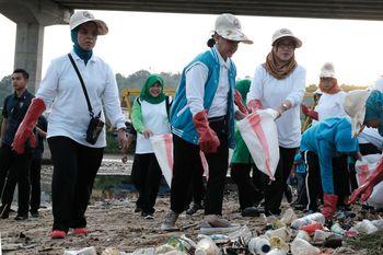 Gaya Ibu Iriana Jokowi Saat Bersih-bersih Pantai Ambon