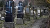 Presiden Prancis, Emmanuel Macron, dijadwalkan bakal mengunjungi pemakaman itu, sebelum bertandang ke monumen Holocaust. (REUTERS/Vincent Kessler)