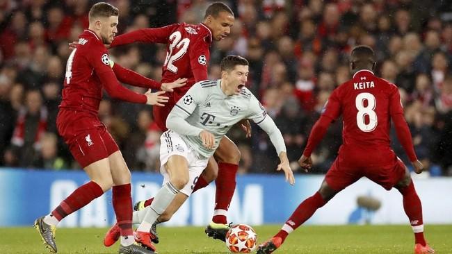 Robert Lewandowski dikepung para pemain Liverpool. Ia kesulitan menembus pertahanan The Reds. (Reuters/Carl Recine)