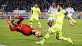 Kiper Anthony Lopes menggagalkan peluang kapten Barcelona Lionel Messi. Barcelona hanya mampu melakukan lima shot on target dari 25 tembakan. (REUTERS/Emmanuel Foudrot)