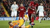 Kiper Bayern MunchenManuel Neuer menyergap bola dari Sadio Mane. Neuer menggagalkan satu peluang Liverpool dengan menepis bola tandukan Mane pada menit ke-85. (Reuters/Carl Recine)