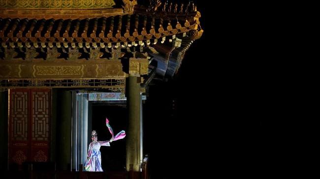 Peking Operaterlihat mengadakan pertunjukkan di tengah Festival Lampion di Kota Terlarang, China. (REUTERS/Jason Lee)