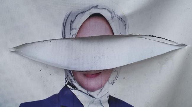 Perusakan juga terjadi pada alat peraga kampanye di Pademangan, Jakarta. Perusakan alat peraga merupakan tindak pidana pemilu yang diatur dalam UU Nomor 7 Tahun 2017 dan pelakunya dapat dikenai sanksi penjara 2 tahun serta denda Rp24 juta. (ANTARA FOTO/Fanny Octavianus)