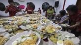 Di Kediri, Jawa Timur, warga Tionghoa berkumpul makan makanan khas Capo Go Meh, yakni lontong. Sebanyak 1.100 lontong disajikan untuk dimakan bersama saat merayakan Cap Go Meh sebagai rangkaian penutupan perayaan Tahun Baru Imlek di Kelenteng Tjoe Hwie Kiong. (ANTARA FOTO/Prasetia Fauzani)