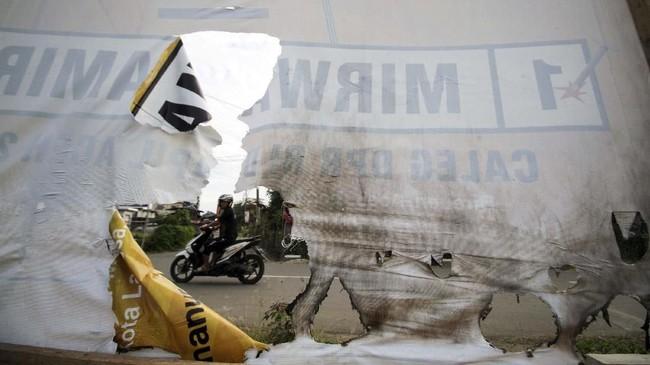 Sejumalah alat peraga yang terpasang kerap menjadi sasaran perusakan oleh orang tak bertanggung jawab, seperti yang terjadi di kawasan Muara Dua, Lhokseumawe, Aceh. Para caleg di Aceh mendesak pihak terkait mengusut dan menindak maraknya aksi perusakan. (ANTARA FOTO/Rahmad)