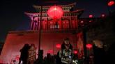 Pengunjung terlihat asyik berfoto di sudut-sudut Kota Terlarang yang dihiasi lampion. (REUTERS/Jason Lee)