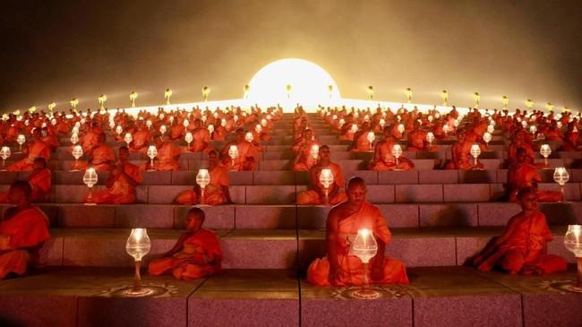 Jika tak ingin ikut upacara itu, merayakan Makha Bucha bisa di rumah, hanya dengan mengikuti ajaran Budha, seperti tidak melukai makhluk hidup apa pun, tidak mengambil apa pun yang tidak menjadi haknya, tidak berbohong dan bergosip, dan tak ada seks menyimpang. (REUTERS/Soe Zeya Tun)