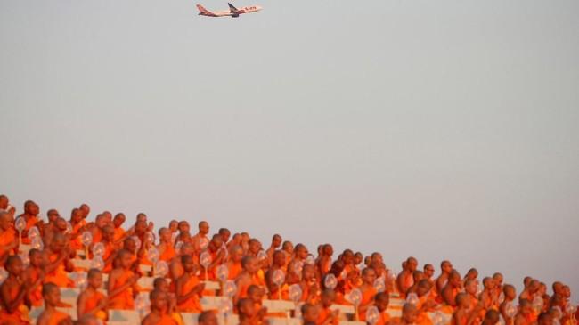 Jika Anda berkunjung ke Thailand Selasa (19/2) lalu, biksu-biksu akan terlihat mengadakan upacara khidmat penuh cahaya di malam hari. (REUTERS/Soe Zeya Tun)