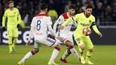 Barcelona bertandang ke Stadion Groupama, Selasa (19/2), untuk menghadapi Olympique Lyon pada leg pertama babak 16 besar Liga Champions. (REUTERS/Jean-Paul Pelissier)