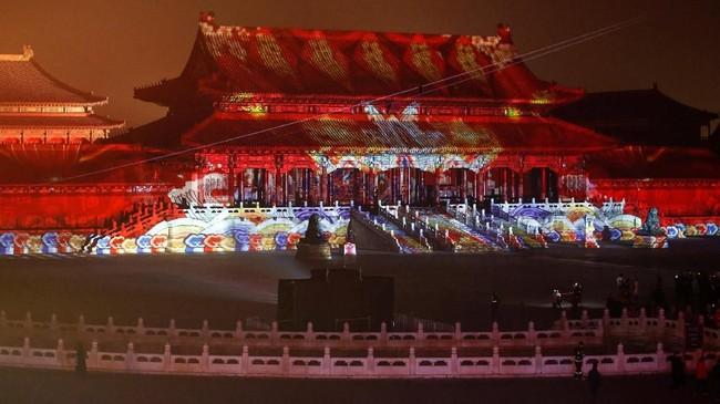 Lampion-lampiondisusun dengan apik di setiap sudut Kota Terlarang, mulai dari Meridian Gate sampai Supreme Harmony Hall. (REUTERS/Jason Lee)