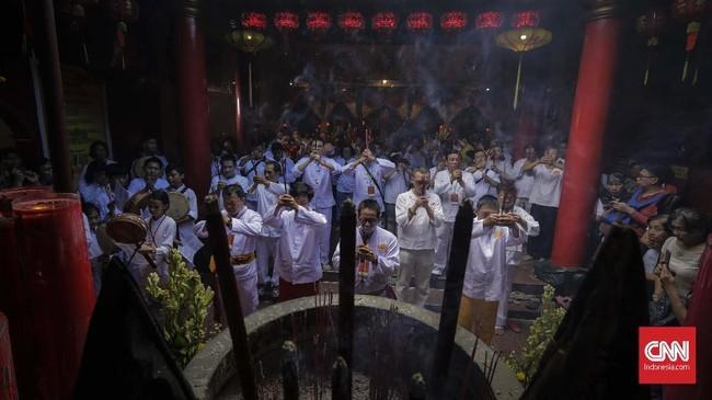 Itu merupakan momen untuk menghormati dan memberikan persembahan kepada leluhur serta dewa pelindung, yang biasanya didahului dengan sembahyang di kelenteng seperti di Lo Cia Bio, kawasan Duri, Jakarta, Selasa (19/2). (CNN Indonesia/Adhi Wicaksono)