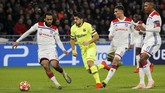 Penyerang Barcelona Luis Suarez dikawal pemain Lyon Jason Denayer, Houssem Aouar dan Marcelo. Barcelona melakukan 25 tembakan saat melawan Lyon. (REUTERS/Jean-Paul Pelissier)