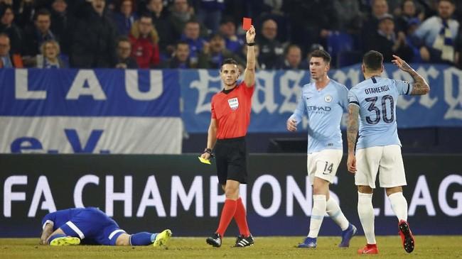 Usaha Manchester City untuk menyamakan kedudukan semakin sulit setelah Nicolas Otamendi mendapat kartu kuning kedua dan mendapat kartu merah dari wasit Carlos del Cerro Grande. (REUTERS/Wolfgang Rattay)