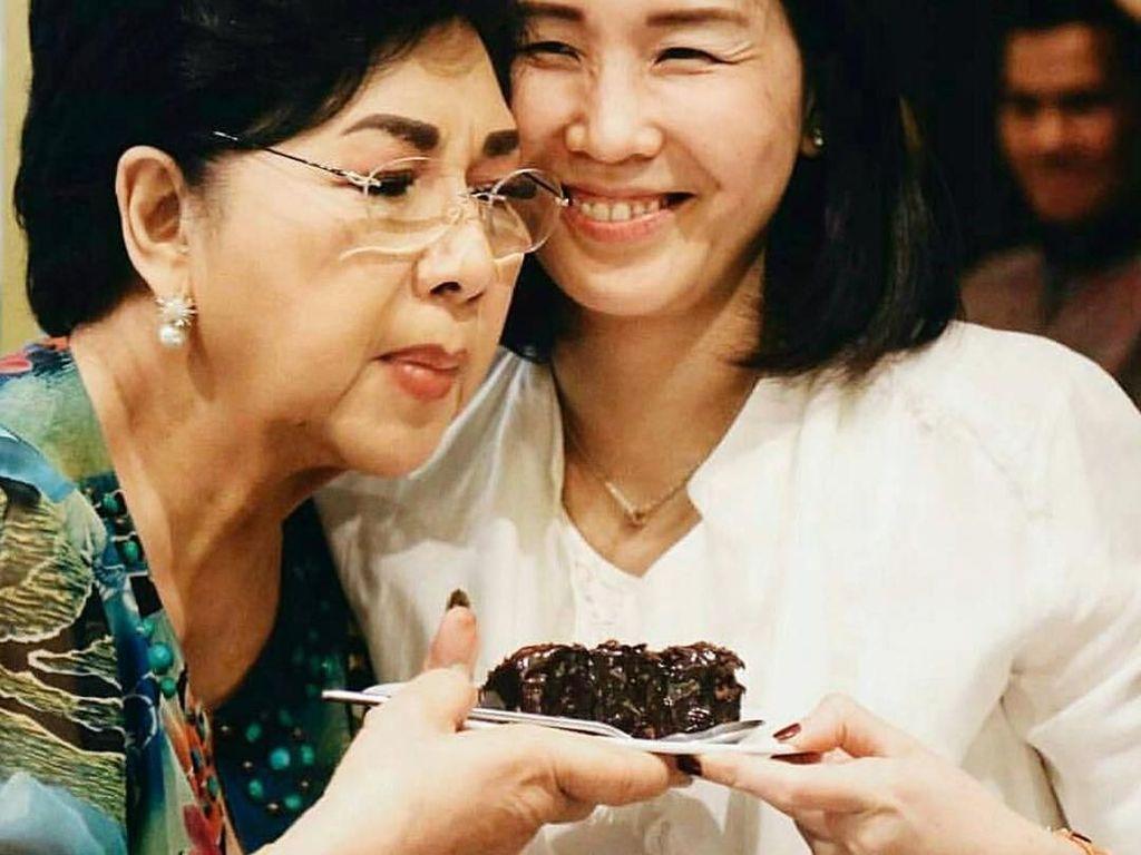 Pose Manis Veronica Tan Saat Masak dan Kulineran Bareng Anak