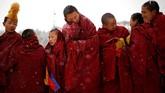 Biarawan Tibet menghadiri perayaan Langmu Lamasery saat digelarnya festival Budha yang Bermandikan Cahaya di prefektur otonomi Gannan Tibet, di Provinsi Gansu, China. (REUTERS/Aly Song)