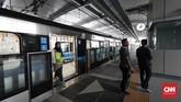 Sejaui ini, uji coba berjalan dengan baik. Pintu-pintu tidak akan terbuka jika tidak pas dengan platform yang ada di stasiun.(CNNIndonesia/Safir Makki)