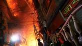 Kebakaran hebat terjadi di Pasar Chawkbazar di Ibu Kota Bangladesh, Dhaka. Sebanyak 70 orang meninggal dalam peristiwa itu. (REUTERS/Mohammad Ponir Hossain)