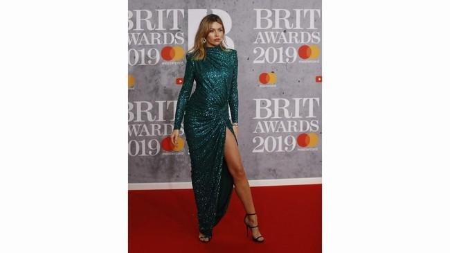 Abbey Clancybisa jadi simbol keglamoran di karpet merah. Gaun hijau body contour dengan slit tinggi membuatnya tampil seksi.(REUTERS/Peter Nicholls)