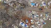 Pemandangan sapi di Tempat Pembuangan Akhir Sampah (TPAS) Cikolotok, Purwakarta, Jawa Barat, Senin (14/01). (ANTARA FOTO/M Ibnu Chazar)