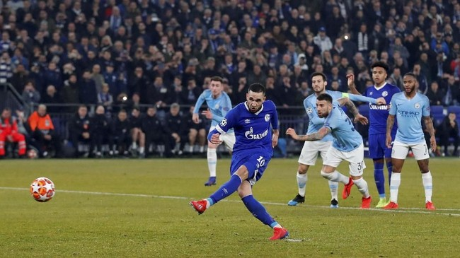 Gelandang serang Schalke 04 Nabil Bentaleb sukses menyamakan kedudukan 1-1 lewat tendangan penalti. (Reuters/Matthew Childs)
