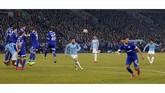 Tampil dengan sepuluh pemain justru membuat Manchester City bangkit. Leroy Sane mencetak gol spektakuler lewat tendangan bebas untuk menyamakan kedudukan pada menit ke-85. (Reuters/Matthew Childs)
