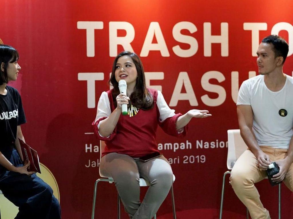 Adapun seluruh peserta ini terdiri dari pelapak, komunitas, dan jurnalis yang berkesempatan untuk belajar membuat pouch kosmetik dari plastik dan bubble wrap bekas. Turut hadir Tasya Kamila selaku Duta Lingkungan Hidup yang berbagi wawasan mengenai fenomena sampah di Indonesia. Foto: dok. Bukalapak