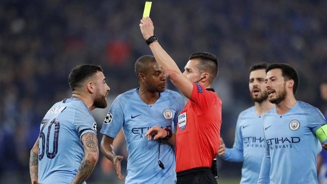 Schalke 04 mendapat tendangan penalti pada menit ke-38 setelah bek Manchester City Nicolas Otamendi melakukan handball. Matthew Childs)