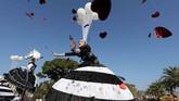 Seorang seniman tampil di ajang parade bunga di suatu karnival di Nice, Perancis. (REUTERS/Eric Gaillard)