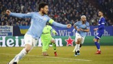 Manchester City unggul pada menit ke-18 melalui gol Sergio Aguero yang menerima umpan David Silva usai salah satu pemain belakang Schalke melakukan blunder. (REUTERS/Wolfgang Rattay)